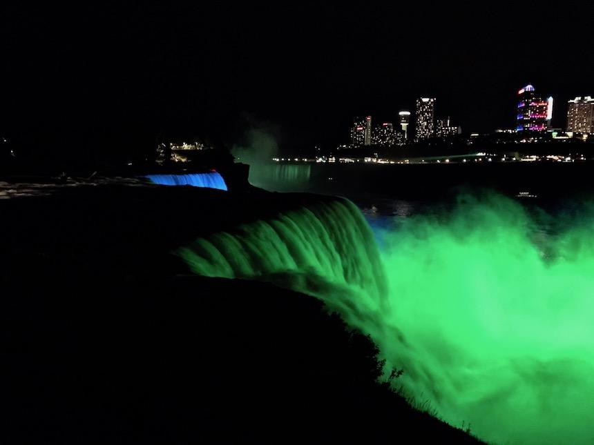 Wodospad Niagara nocą.