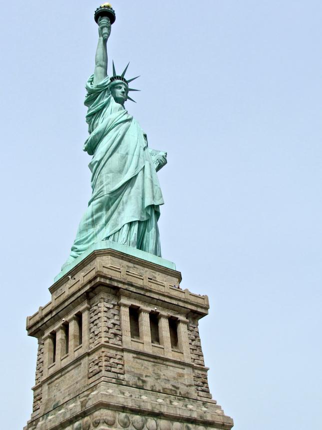 Zwiedzanie Statuy Wolności a dokładnie korony jest wycieczką dla osób o świetnej kondycji fizycznej. Rejs promem na Liberty Island jest dla wszystkich.