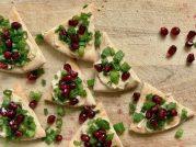 Świąteczna przekąska : Choinki z humusem i owocami granatu