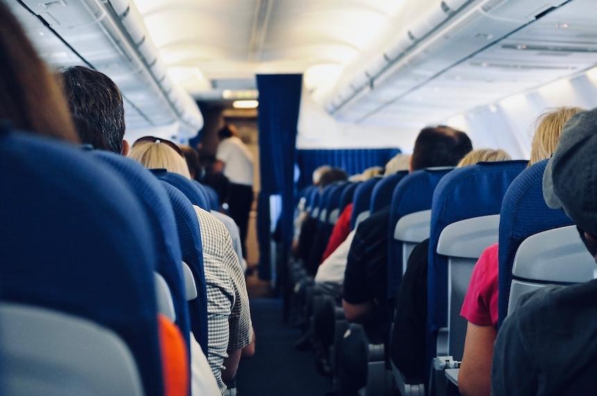otyły pasażer w samolocie