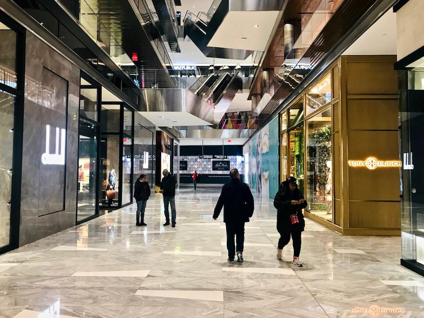 Hudson Yards, kompleks drapaczy chmur z centrum handlowym w Nowym Jorku. Obok znajduje się The Vessel, rzeźba w kształcie pucharu, złożona z bloków ze schodów, po której można chodzić.