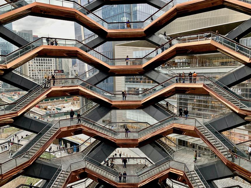 The Vessel na terenie Hurdon Yards nowa, darmowa atrakcja Nowego Jorku. Rzeźba w kształcie pucharu, złożona z bloków ze schodów, po której można chodzić.