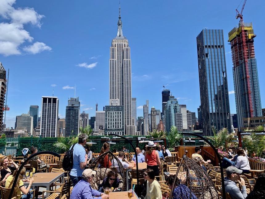 rooftop bar w Nowym Jorku z widokiem na Empire State Building